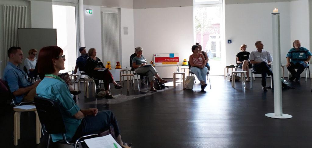 Bundesnetzwerk Mehrgenerationenhäuser/Romy Seidel): Teilnehmende Delegierte der Länder beim Bundesnetzwerktreffen der Mehrgenerationenhäuser im MGH Heilhaus Kassel, September 2020